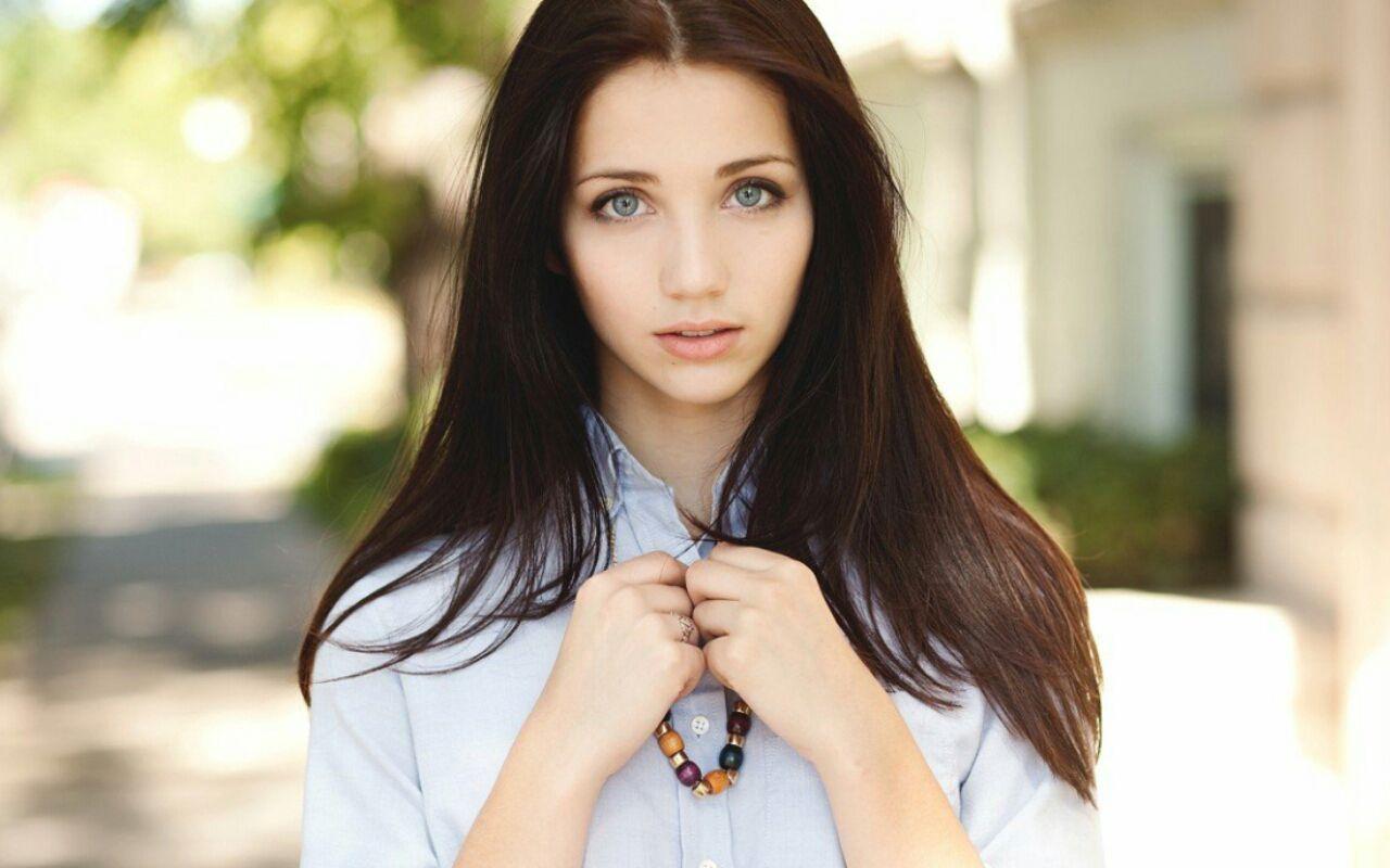 фото одной красивой девушки только в разных местах мало
