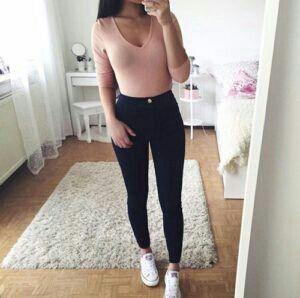 Acordei hoje as 7:30 e fui tomar banho,vesti um body rosa clarinho (como ele é muito claro tem que usar aquele silicone no lugar do sutiã),minha calça jeans escura que a Thamires usou pra ir pro Shopping aquele dia e meu All Star branco,fui acorda...