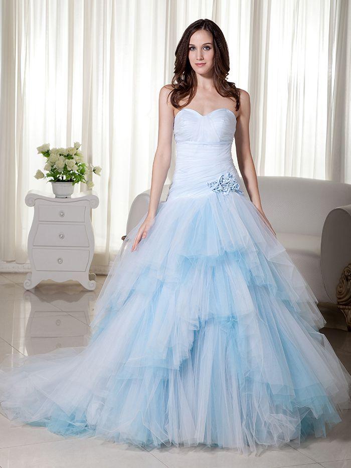 Gaun Ball Gown Floor-Length berbahan Tulle berwarna biru terang, dengan sweetheart neckline dan dropped waistline, terlebih lagi gaun ini bertipe Court Train, membuatku semakin ingin memilikinya, jika aku bisa