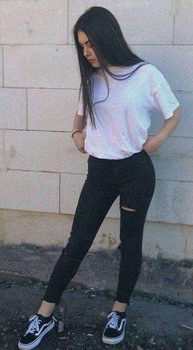 30 , Sohyun turun ke ruang tamu**Sohyun mengenakan legging berwarna hitam , baju tshirt berwarna putih & kasut vans*
