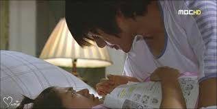 Encontro na mesa junto com outros livros e quando estou pra chegar proximo a porta sou puxada e acabo caindo em cima da cama com ele em cima de mim