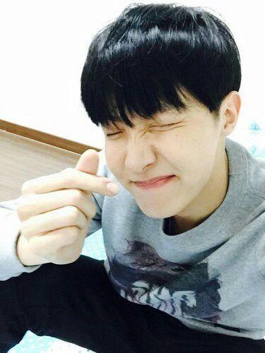Aku tidak bisa tidur malam ini setelah Hoseok mengirimiku pesan Kakao