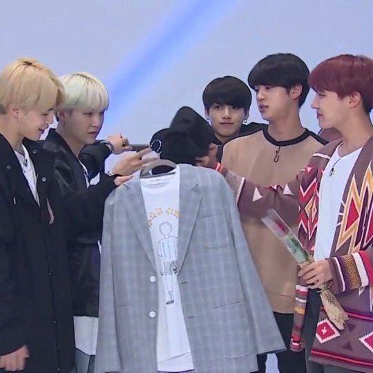 Đấy =))))) mệt mỏi không chứ các em =))))))))))))) cái phản ứng đó là sao hả anh em =)))) Khi Jimin nói rằng cậu ấy đã mua quả áo phông là quà sinh nhật JH =)))) Jungkook ah? Are you ok,bunny? =)))))))))))))))) No? Poor you :v