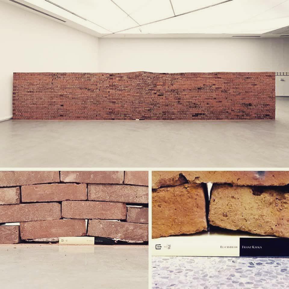 livro alterando a forma de uma parede