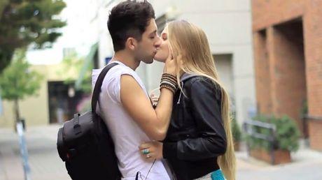 Apr s le brevet professionnel l amour embrasser un mec - 2 personne qui font l amour dans un lit ...