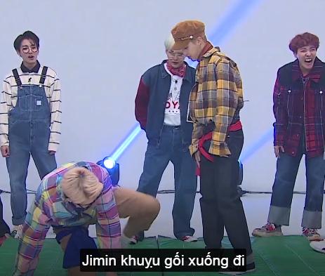 """Lát sau khi SG chuẩn bị cho bắt đầu trận đấu thì JM mới nói với SG như để trả thù JK =)))) """"Hỏi cả Jin Hyung nữa đi ạ"""" =)))))))) hỏi hỏi cái gì :v nói mà cứ nhìn vào Jungkook à :))))) đừng tưởng không ai biết :)))))))"""
