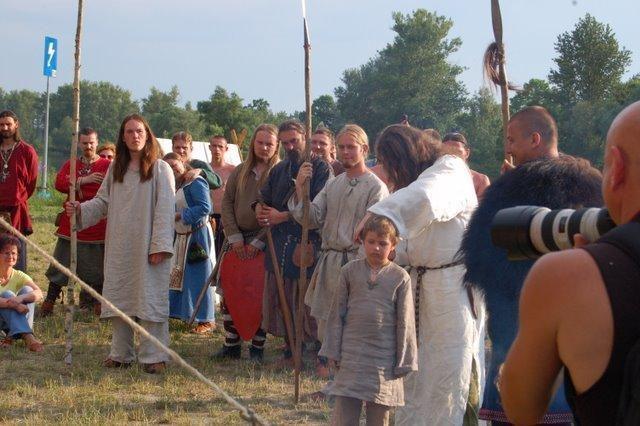 Obrzęd postrzyżyn polegał na symbolicznym obcięciu włosów chłopcu przez ojca lub żercę