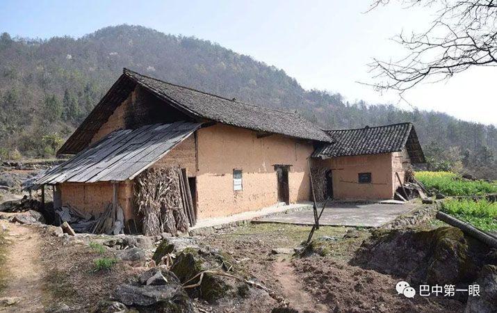 Trước khi được đưa tới bệnh viện, Tống Duẫn Thư dặn hiệu trưởng di dời dân làng tới ở tạm trong trường học