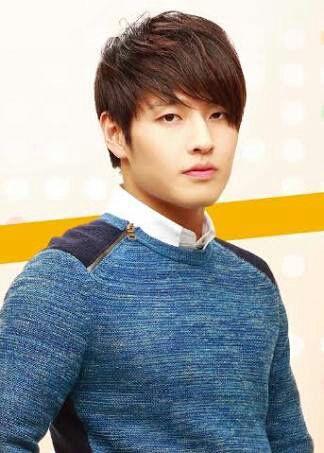 Kang é um ator que nasceu em 21 de fevereiro de 1990 (28 anos) em Busan, Coreia do Sul