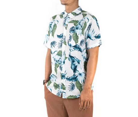 Supaya penampilanmu lebih lengkap, kamu bisa memadukan kemeja pantai  dengan mengenakan celana bahan pendek berwarna coklat muda