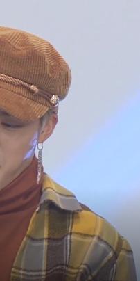 Đầu tiên khi thấy JK đang ôm Jin để chuẩn bị trò chơi và SG đang hỏi hai người có phát biểu nào không :v JM cười :v nhưng