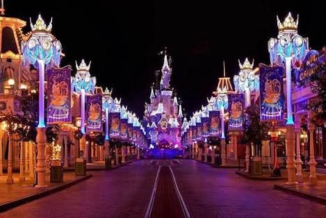 **FOR THE PEOPLE THAT WANT TO KNOW WHAT DISNEYLAND LOOKS LIKE AT NIGHT (BTW THIS IS DISNEY WORLD AND DISNEYLAND)**