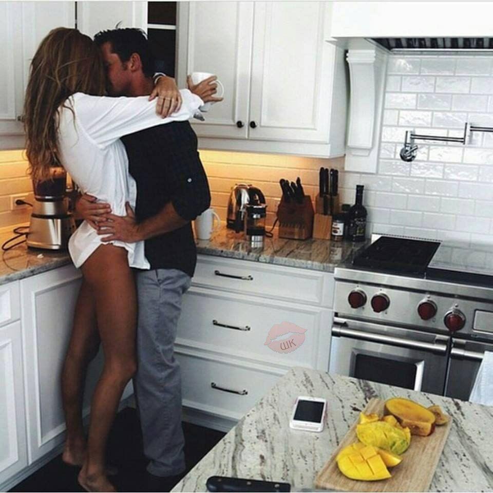 Муж валяется под столом на кухне а жена видео
