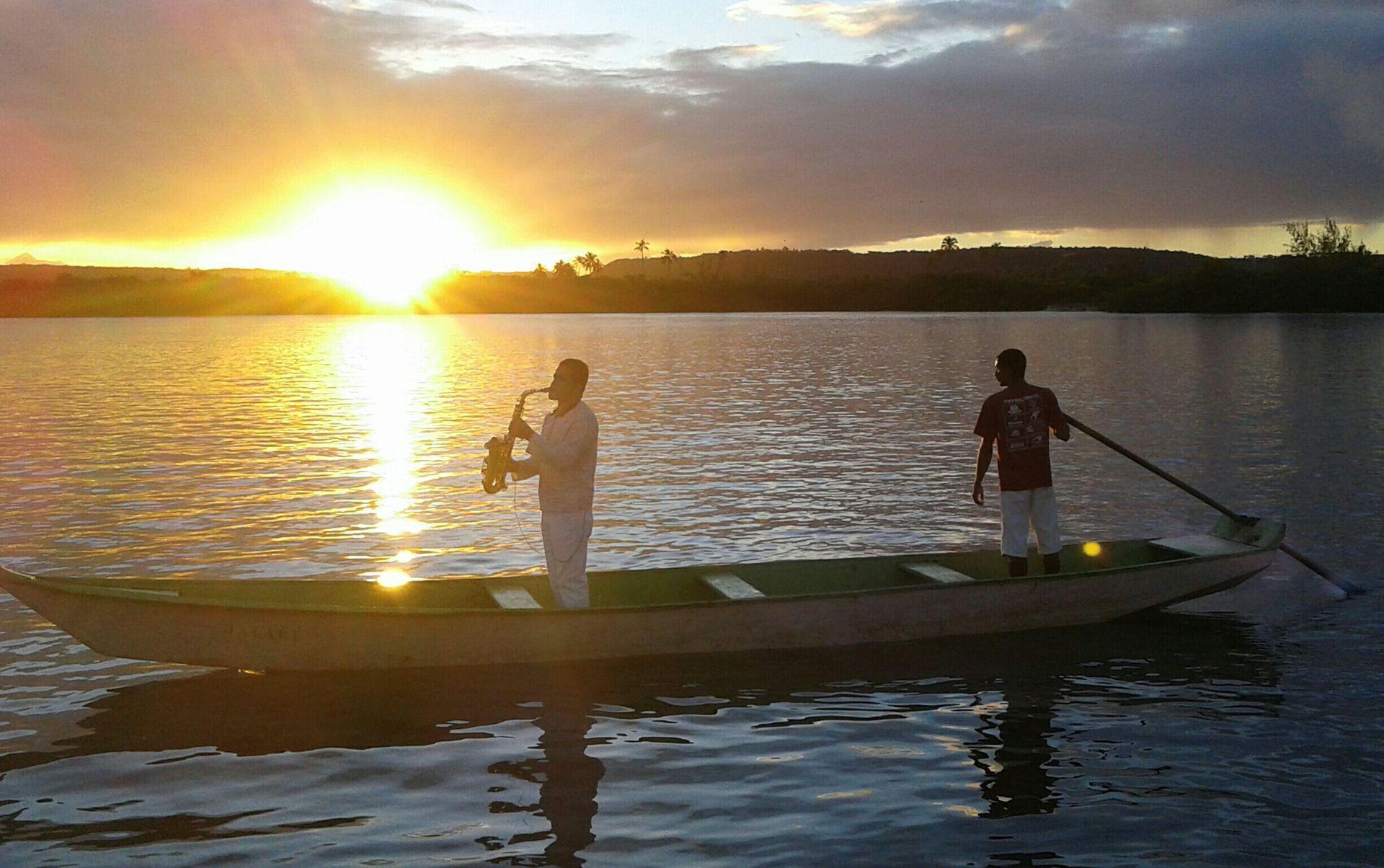 La salida culminó con un saxofonista tocando en la pequeña embarcación con la puesta de sol como telón de fondo