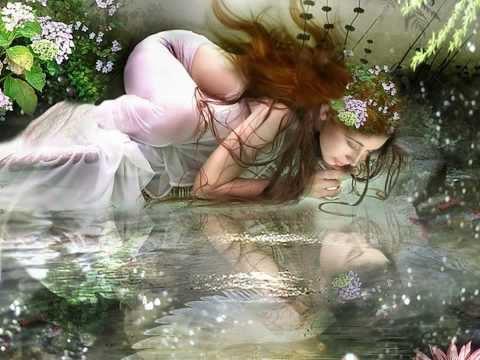 Su cuerpo, en la parte superior, era parecido al de una joven humana, mientras su piel y sus ojos eran tan límpidos como el agua, y su cabello estaba cubierto de algas y otras plantas acuáticas