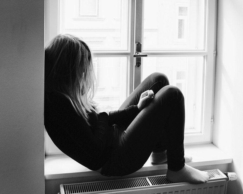 ELISABETH observaba con su típica mirada opaca la lúgubre calle de su casa, la cual recordaba con pesadez, para ella era como una triste despedida dejar su casa significaba dejar su esencia ese lugar solitario y callado resultaba ser parte de ella...