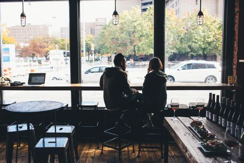 Last saturday, they were both spotted at a coffee shop having some serious talk