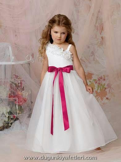 5002b7187ebd1 Üzerinde parlament mavisi straptez,şifon elbisesi ile oldukça göz  kamaştırıcı olan Selen,kızıyla merdivenleri yavaşça indi.Kızına da bu güne  özel gelinlik ...