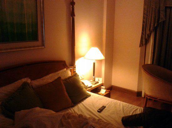 Dalam kelam cahaya ini aku memanjat naik ke atas katil dan berbaring di ruangan yang paling hujung