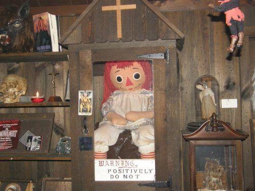 Ik wil even duidelijk maken dat de pop die in de Conjuring films gebruikt wordt, er niet hetzelfde uit ziet als de echte Annabelle pop