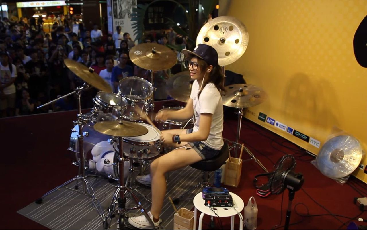 girl playing drums - 900×530