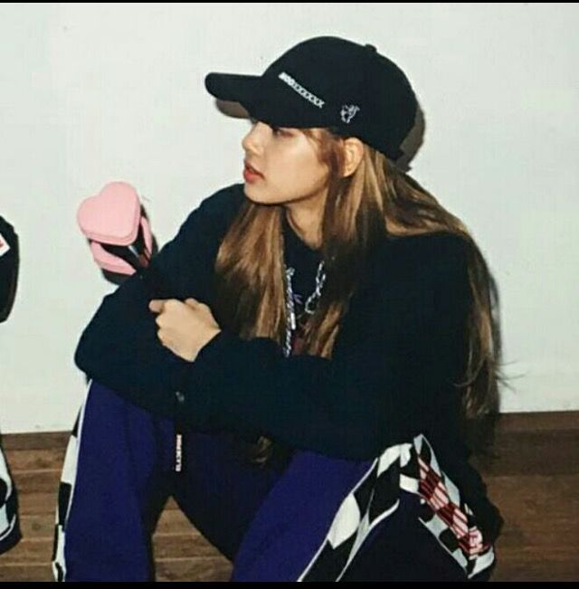 JENNIEYou know why i was shock? Like what the fuck man! Lisa looks like an oppa on what she's wearing