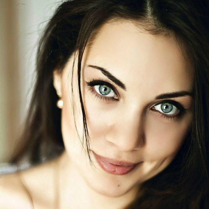 Марина - добрая, очаровательная и мечтательная девушка! У неё прямые до плеч волосы, зелёные глаза и красивая улыбка
