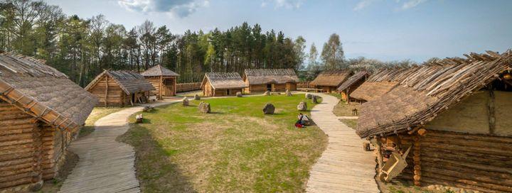 Najpopularniejszym budulcem było drewno, którego z uwagi na lasy porastające ich terytorium było pod dostatkiem