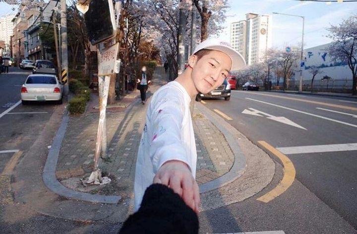 °Adora y te pide mucho que hagan fotos cursis de pareja como sujetando sus manos y demás, y créeme que es lo suficientemente insistente como para no dejarlo así sin que tomes la foto