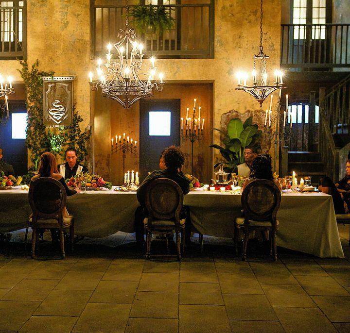 Encontró a Finn, Elijah, Freya y Rebekah instalados en la mesa, conversando mientras disfrutaban de un buen vino