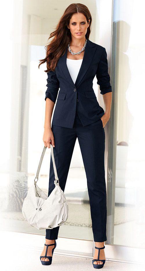 Надела синий костюм, в него входили: брюки, пиджак и так, как жарко, надела под пиджак белую приталенную футболку, туфли на платформе