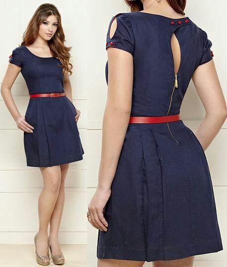Uso o vestido azul marinho, até um pouco acima dos joelhos, com um cinto vermelho na cintura, e um par de sapatos bege