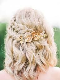 El peinado era una trenza de un lado que terminara atrás sujeta por un broche de flores el resto estaba un poco ondulado