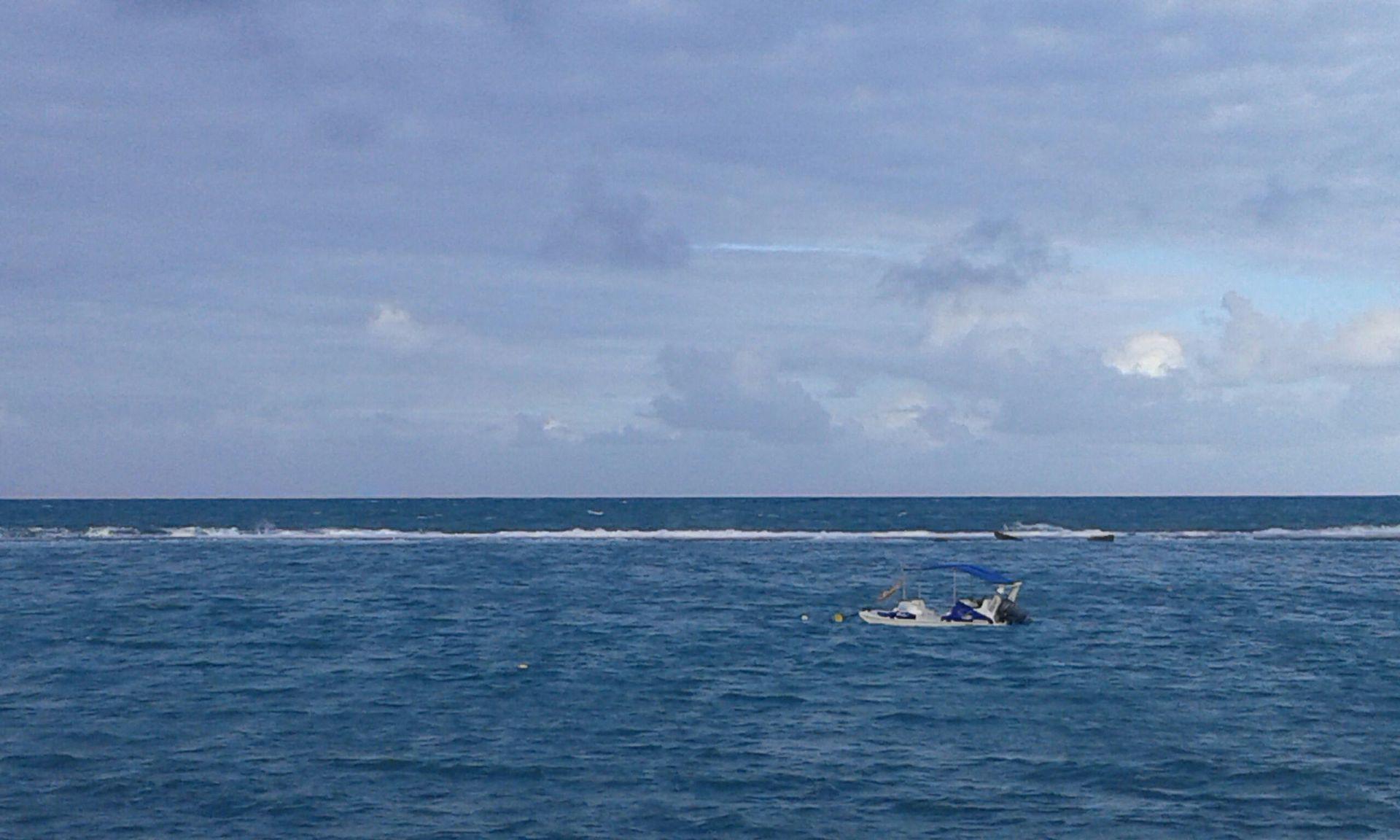 La línea blanca que se ve en el agua son olas chocando sobre la barrera de corales
