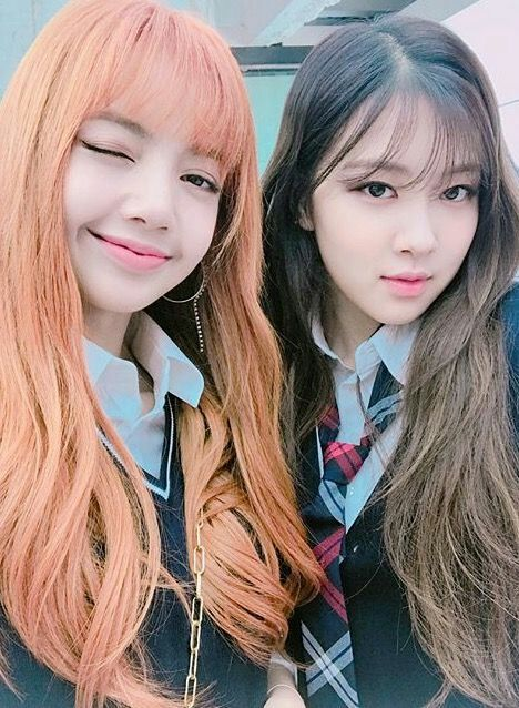(Just imagine Rosé with her blonde hair without a bangs and Lisa with also a blonde hair)