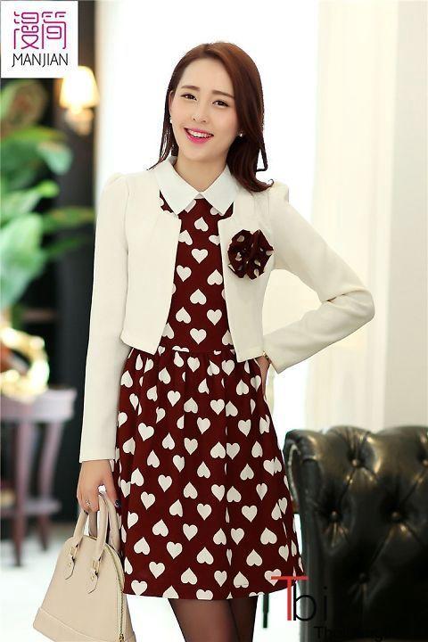 XN giản dị với kiểu váy thun xòe, bên ngoài khoác một lớp áo dài tay màu trắng