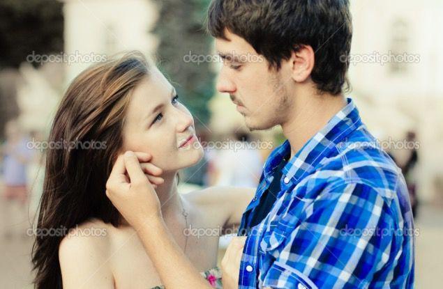 Nos separamos, me mira fijamente a los ojos acariciandome con su mano izquierda mi mejilla, la verdad que no me salen las palabras