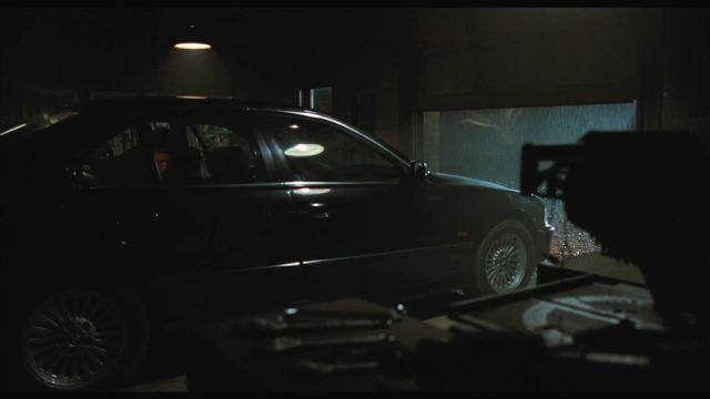 Arabayı çalıştırmak için uygun zamanı bekliyordu Lambert; henüz erkendi ve biraz daha beklemeliydi
