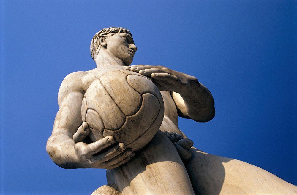 Ci potrebbe essere anche un dubbio sulla pallamano ma le dimensioni della palla non sono quelle e poi c'è anche una statua per quest'altro sport