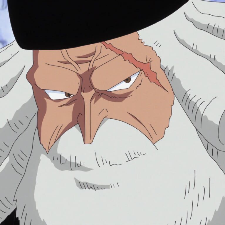 Mengenakan setelan hitam, rambut keriting putih, jenggot putih, topi datar, dan seorang lelaki tua dengan bekas luka di wajah kirinya