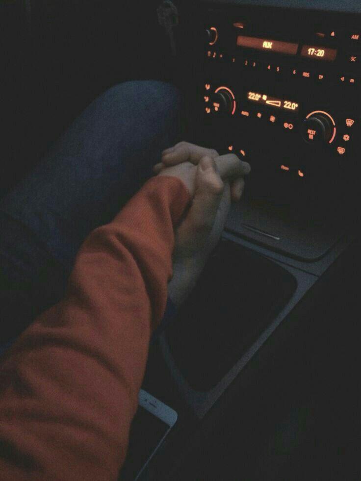 в машине держаться за руки фото