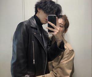 °Es muy gracioso ver a Felix vestirse tan bad boy con chaquetas de cuerdo y todo de negro cuando tú y todo el mundo sabe que en realidad él es una cosita tierna