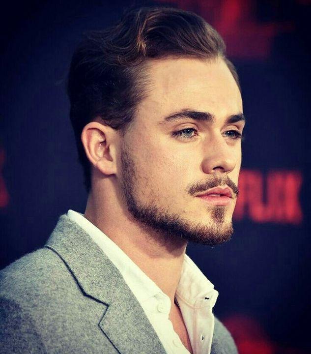 É um ator nascido no dia 22 de novembro de 1994 (23 anos) em Perth, Austrália