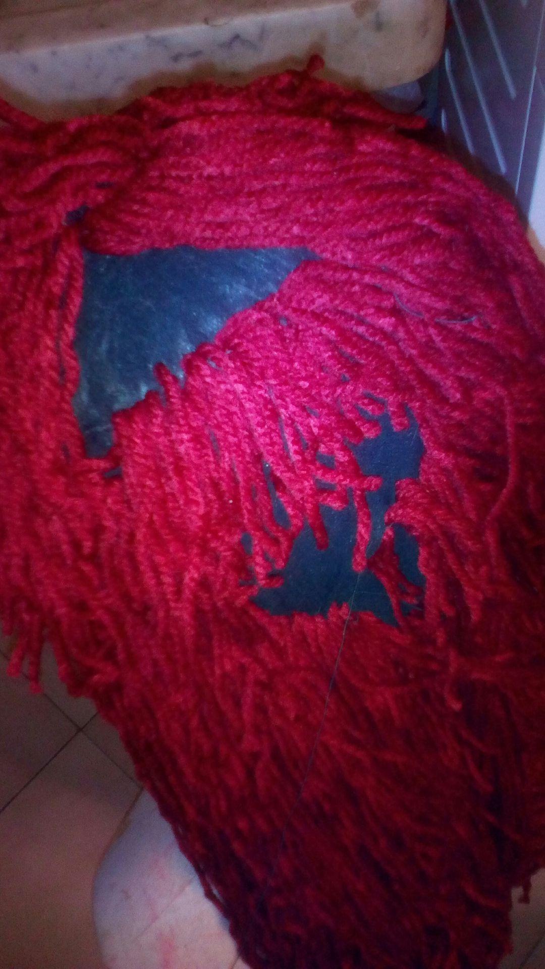 - Per coprire in più possibile i buchi lasciati fra un capello e l'altro potrebbe essere utile seguire il procedimento descritto, ma utilizzando fili di lana molto più sottili ( vedi figura )