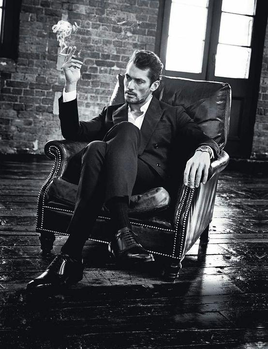 Ο Ενρίκε καθόταν στον μεγάλο καναπέ του καφέ με μια άνεση που τον αντιπροσώπευε επάξια, παρατηρώντας νωχελικά τον κόσμο γύρω στο μαγαζί μ'ένα ύφος παντογνώστη και ανθρώπου που δεν νοιάζεται καθόλου για την γνώμη των άλλων