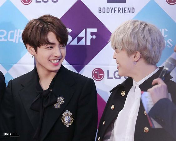 La necesidad de hacer sonreír a Jungkook todo el tiempo golpeó a Jimin, con esa hermosa sonrisa con dientes de conejo
