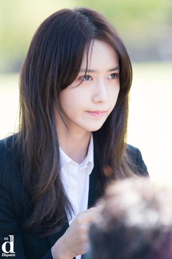 Gadis bersurai panjang dengan wajah cantik ini memang terkenal sebagai gadis yang ceroboh dan sesekali pengugup