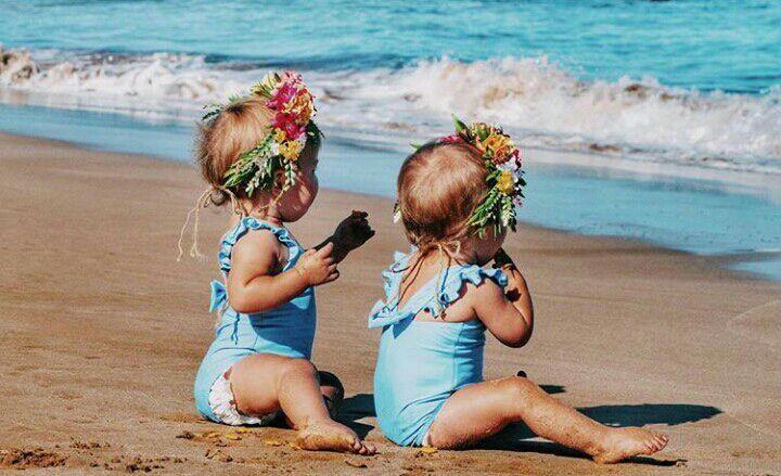 Después a Emma y Emily las vestí con sus trajes y las lleve a disfrutar aquel amanecer caer, mientras en frente de mi estaba Sofia jugando con la arena, después corriendo por las pequeñas olas que le llegaban al tobillo salpicando el agua con sus ...