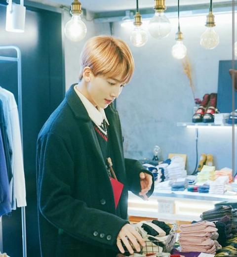 °Como ya lo había dicho, Jeonghan es muy bueno conociendo tus gustos, por eso cada vez que vaya con los chicos a comprar ropa acabaría en la sección de mujeres eligiendo ropa para ti