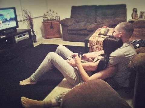 парень с девушкой играют в приставку фото